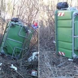 Cassonetto di rifiuti rovesciato nel bosco La denuncia del sindaco di Dossena