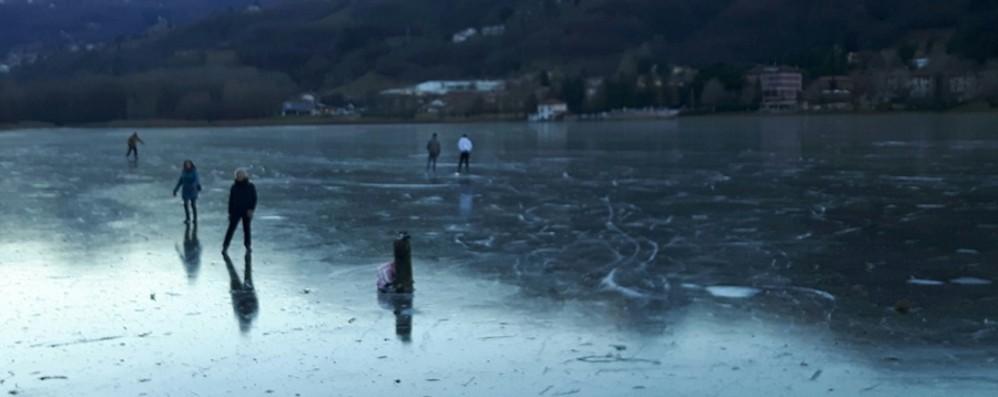 Il lago d'Endine è ghiacciato -Foto «Strato sottilissimo, non saliteci»