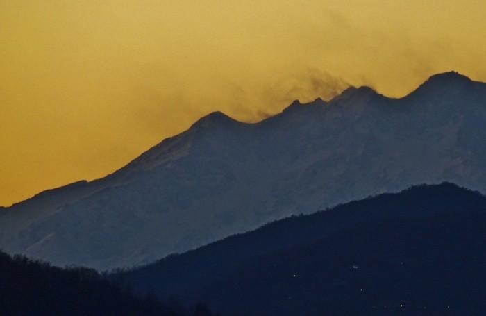 Il monte Rosa spazzato dal vento poco prima del tramonto