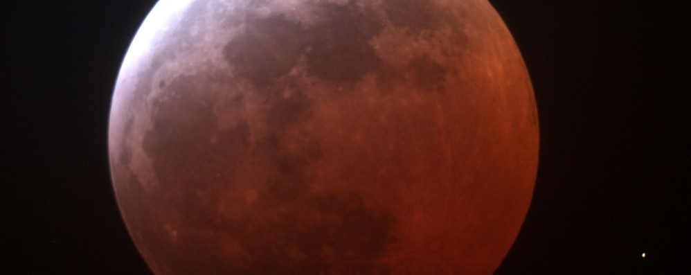 Occhi al cielo questa notte Maxi luna rossa e all'alba eclissi totale