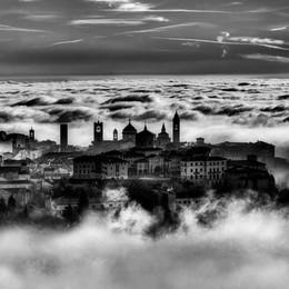 Dal mare di nuvole spunta Città Alta Uno spettacolo in bianco e nero