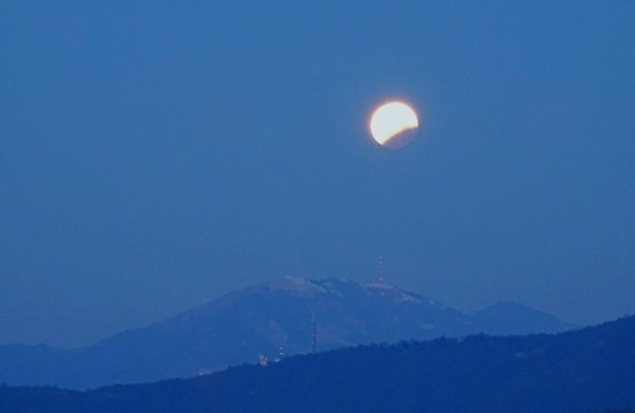 Eclisse di luna nello scatto di Mirco Bonacorsi
