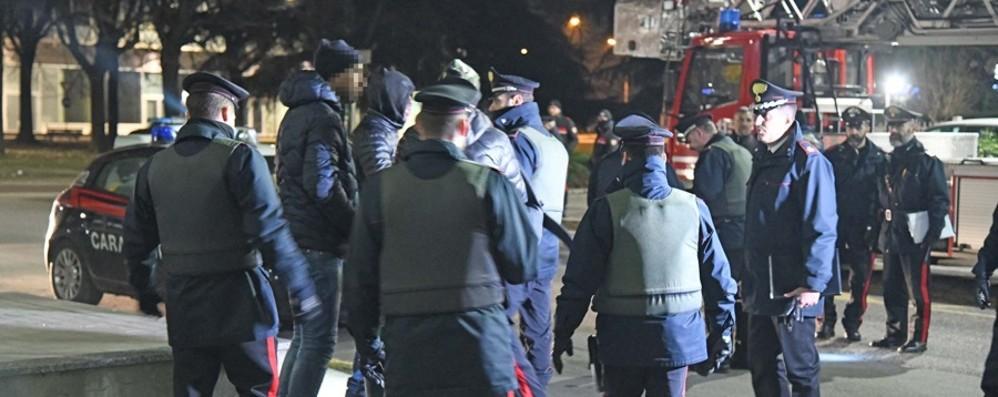 Zingonia, maxi operazione nei palazzi  Droga e arresti, i risultati del blitz- Il video