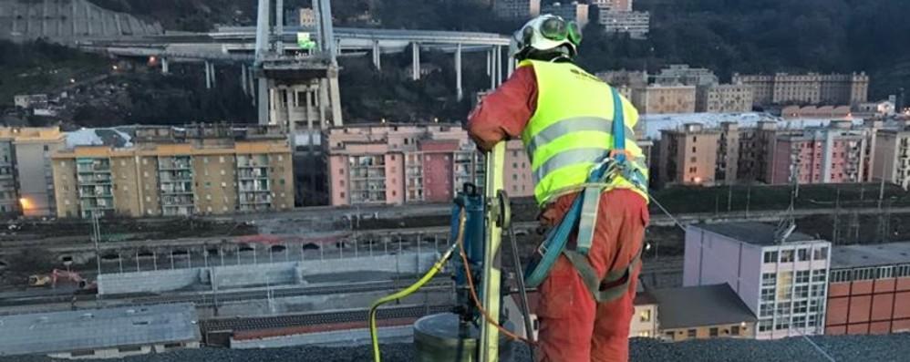 Da Seriate per la demolizione del ponte La Demco all'opera a Genova