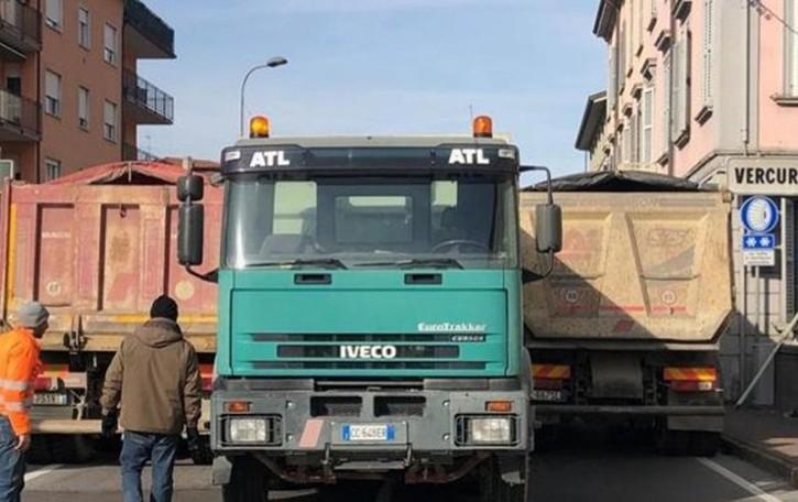 Calolzio, si prova la stabilità del ponte con tre camion e il traffico interrotto