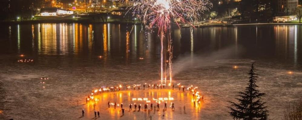 Fiori di fuoco sul lago ghiacciato per i 50 anni della Pro loco