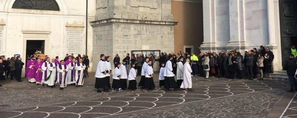 L'ultimo saluto a Stefania Crotti Chiesa gremita a Gorlago per i funerali