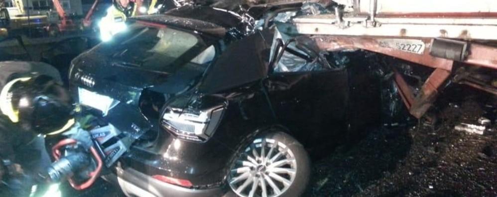 Notte tragica in autostrada a Bergamo Auto tampona un tir, muore 34enne