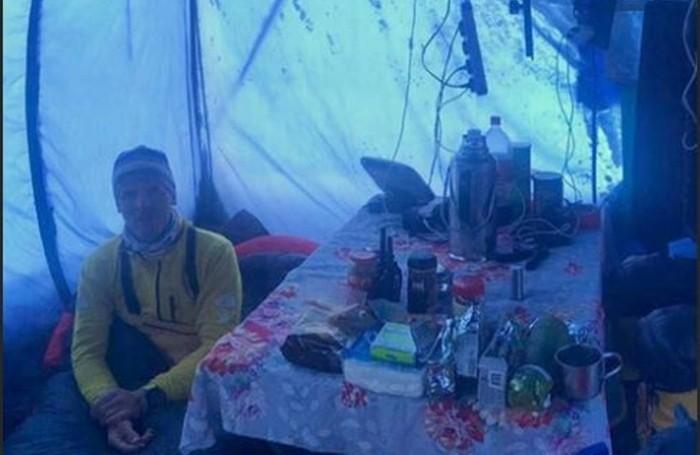 Simone Moro nella tenda cucina