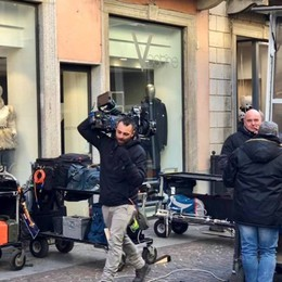 Treviglio diventa set del film con Germano Riprese in via Roma tra passanti e curiosi