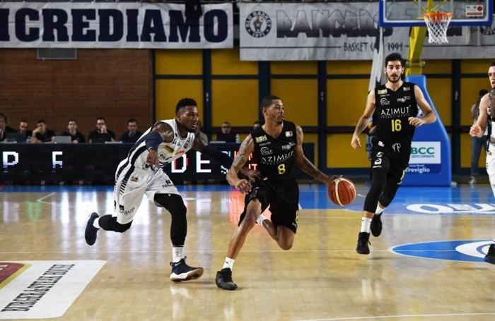 Terrence Roderick della Bergamo Basket 2014 con la palla e Chris Roberts della Remer Treviglio