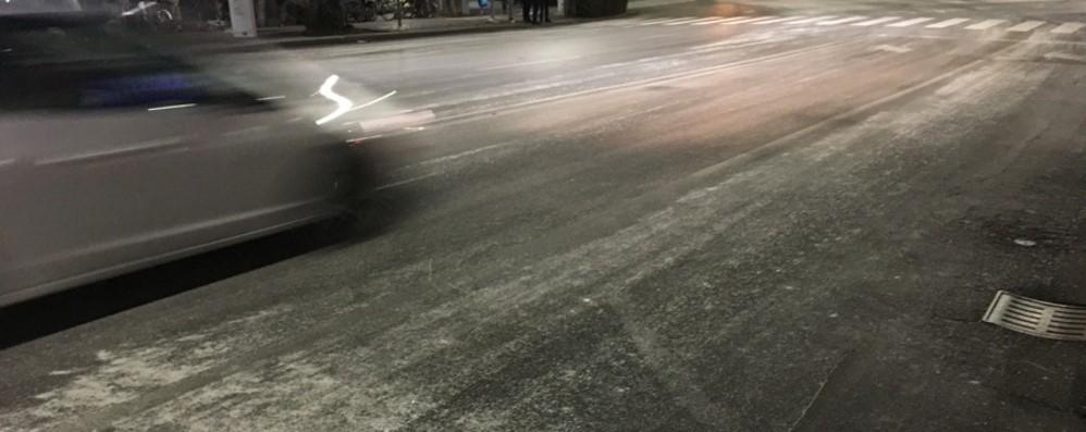 Bergamo, aspettando la neve Le strade sono bianche... di sale