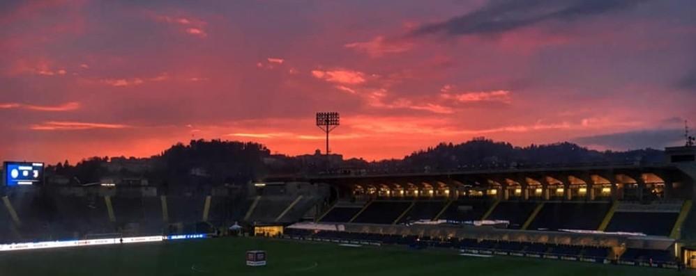 «Clima infuocato allo stadio» La foto dell'Atalanta carica i tifosi