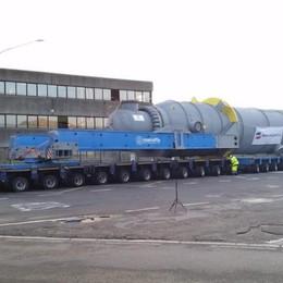 Un trasporto veramente eccezionale Tir da 80 metri per un giga condensatore