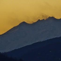 Codice rosso per gli incendi in montagna Venti secchi: in pianura torna il favonio