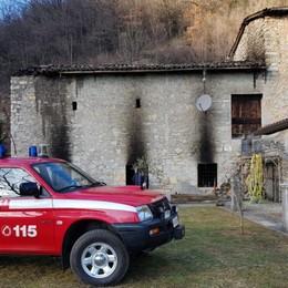 Gazzaniga, incendio in cascina Vigili del fuoco intervengono con la jeep