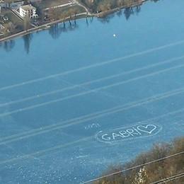 Un cuore sul lago ghiacciato -Foto Le dedica degli amici al 26enne ferito
