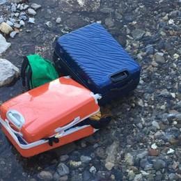 Valigie abbandonate nel fiume Cherio «Sembrano nuove con vestiti dentro»