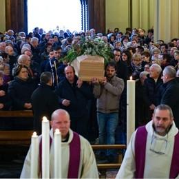 In migliaia per l'addio a Emanuele «Era un ragazzo favoloso»