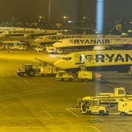 Aeroporto, voli in ritardo causa nebbia Ryanair:nevica (non è vero). Poi le scuse