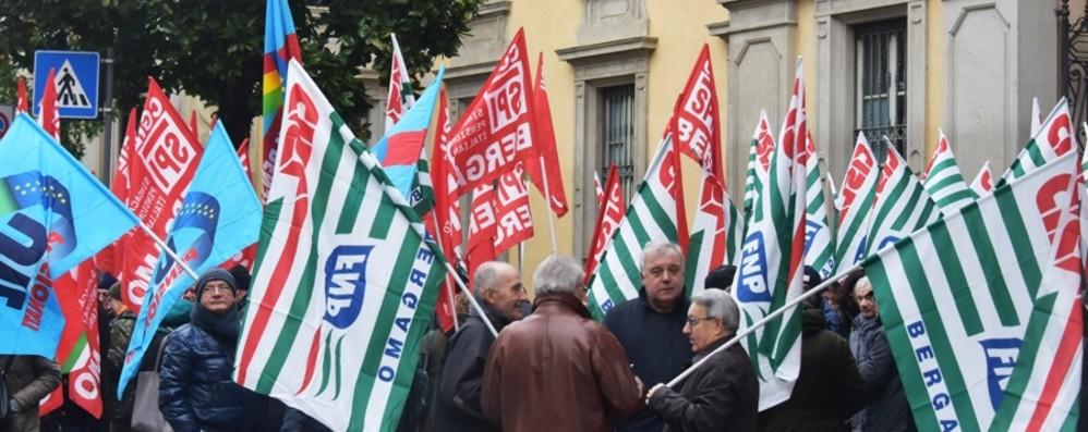 Pensionati in piazza a Bergamo «Il governo ci usa per fare cassa»