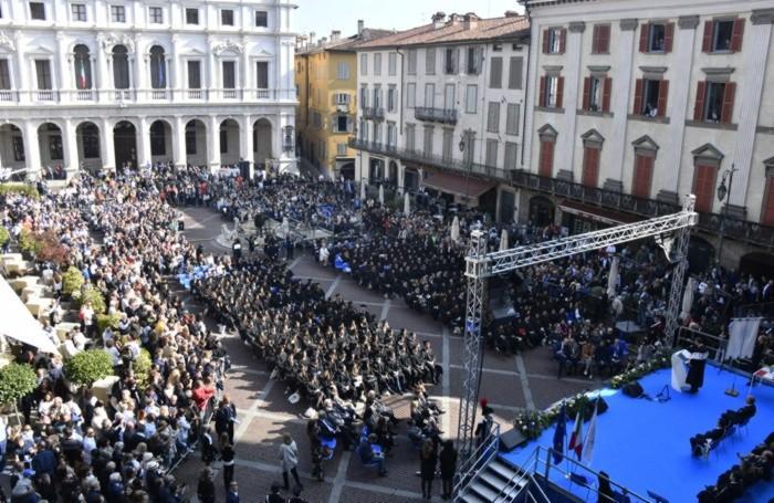Graduation day in piazza Vecchia per la cerimonia di consegna dei diplomi universitari - università di Bergamo