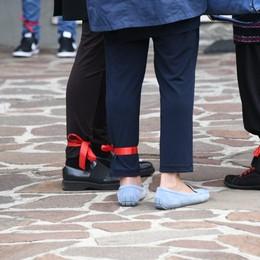 Cologno si ferma per l'addio a Zina Nastri rossi alle caviglie e fiori bianchi