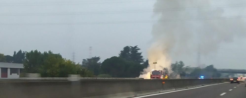 Auto prende fuoco in autostrada Vettura distrutta, code a Grumello