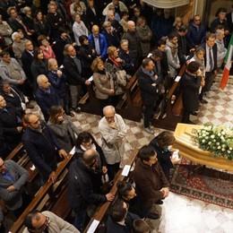 Folla per l'addio al dottor Ravelli  «Luminare con un'umanità unica»