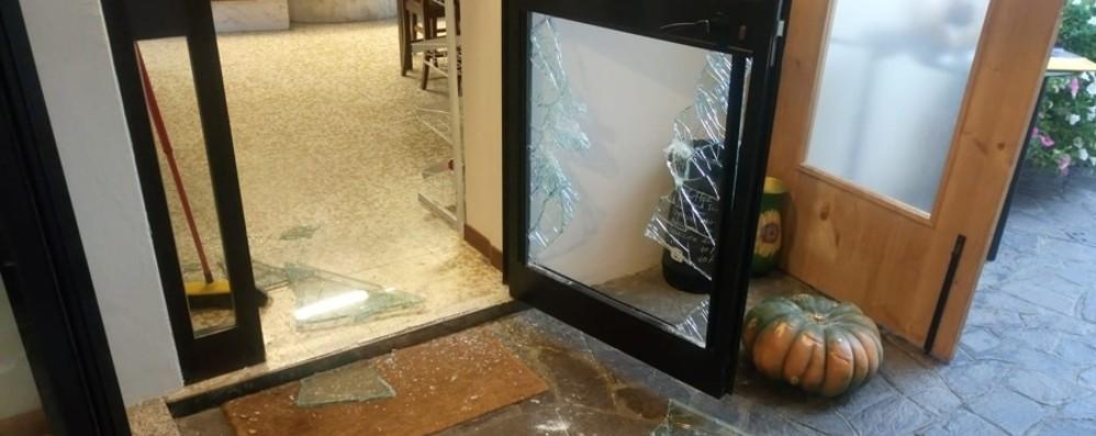 Spaccata in pizzeria a colpi di zucca Giù il vetro, bottino poche decine di euro