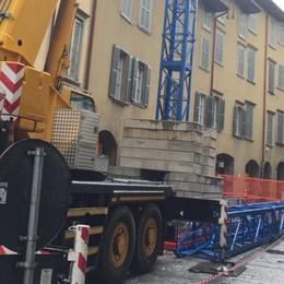 Via Pignolo, si monta una mega gru Il cantiere occupa quasi tutta la via -Foto