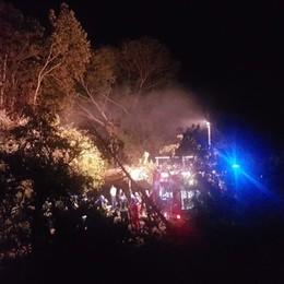 Romano, incendio all'ex maneggio Un uomo di 74 anni muore carbonizzato