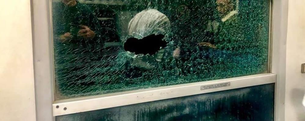 Sasso sfonda il finestrino Paura sul treno pendolari