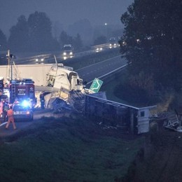 Schianto fra tir in autostrada Morto un 57enne, chiusa l'A21