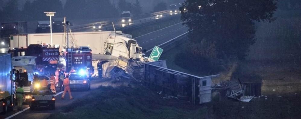 Schianto fra tir in autostrada Morto un uomo di 57 anni, chiusa l'A21