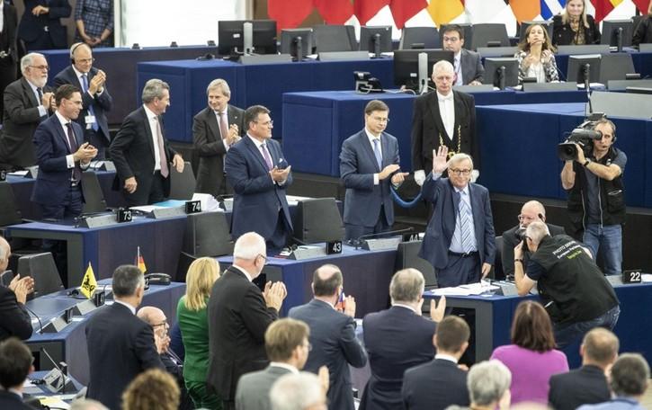 Strasburgo, standing ovation per Juncker Il bergamasco Zanni (Lega) resta seduto