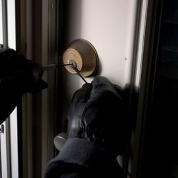 Furti in casa quasi dimezzati da gennaio Ma con l'ora solare i ladri colpiranno di più
