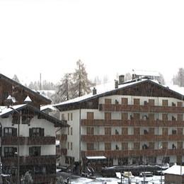 Primi fiocchi di neve anche nelle valli Bergamo si sveglia con una grandinata