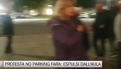Protesta in consiglio dei No Parking Fara, espulsi dall'aula