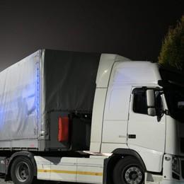 Schianto auto-camion, grave 49enne Tir blocca la strada, caos sulla «591»