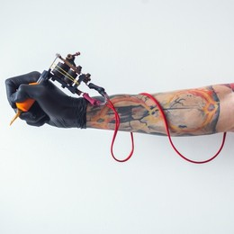 Siamo orfani di identità, per questo ci facciamo un tatuaggio