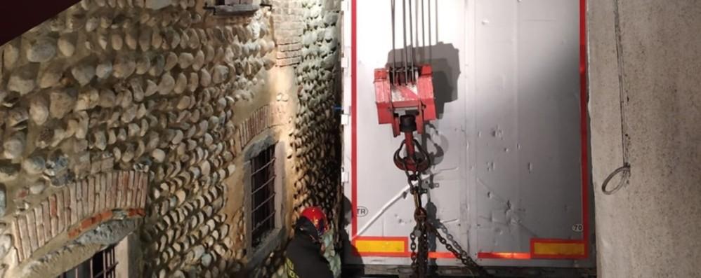 Tir bloccato nel centro  di Solza - Foto Danneggiate facciate  e grondaie dei tetti