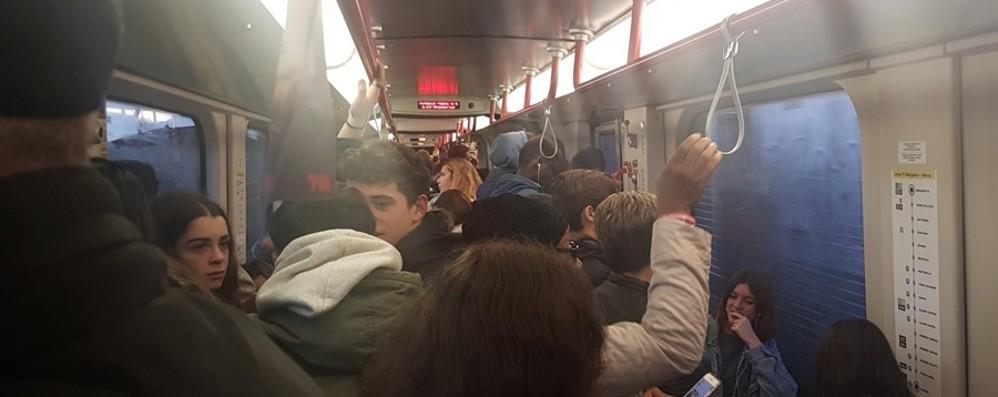 In auto? C'è la coda. Sul tram? Strapieno L'odissea dei pendolari della Valle Seriana