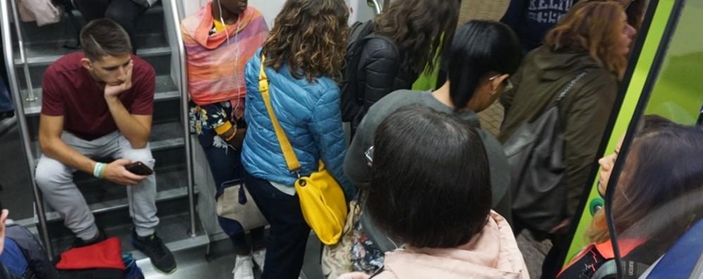 Nuovi ritardi sulla linea Bergamo - Milano dopo il rientro da incubo per i pendolari