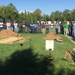 Mamma e figlia morte di parto L'ultimo saluto al cimitero di Colognola
