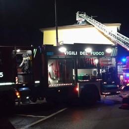 Scoppia una caldaia a Pradalunga Tetto in fiamme, vigili del fuoco al lavoro