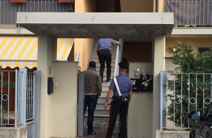 I carabinieri nella casa della sorella della vittima