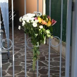 Cologno al Serio, sarà lutto cittadino E sul cancello un mazzo di fiori per Zina