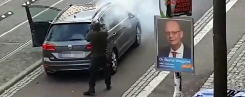 Germania, neonazista assalta sinagoga Trasmette attentato in diretta video, 2 morti
