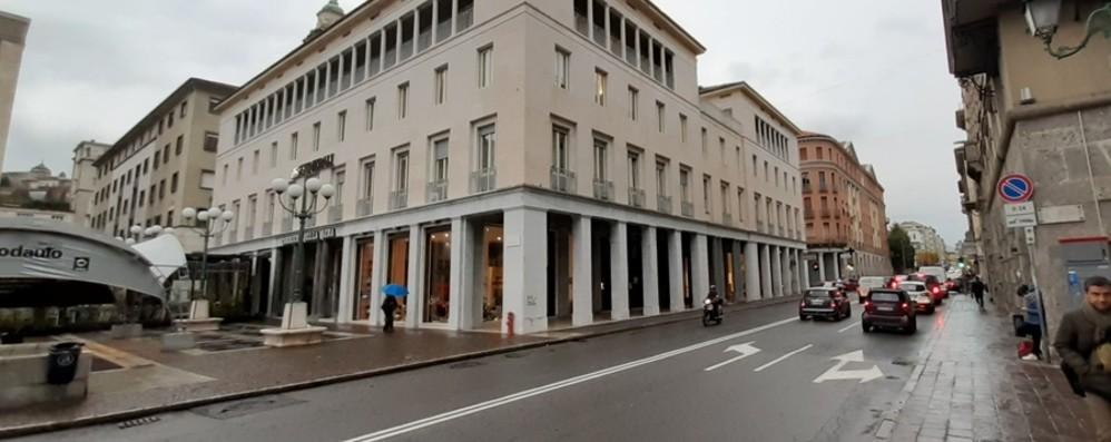 Anche piazza della Libertà si svuota Via due dei tre negozi sotto i portici